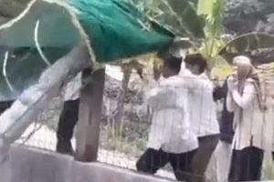 Bi hài câu chuyện khiêng xác chết bị gió thổi bay xuống hồ ở Indonesia