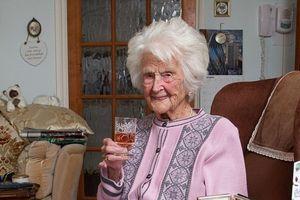 Người phụ nữ già nhất nước Anh sống lâu nhờ uống Whisky mỗi tối