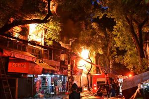 Vụ cháy lớn cạnh BV Nhi TƯ phải huy động tới 13 xe cứu hỏa