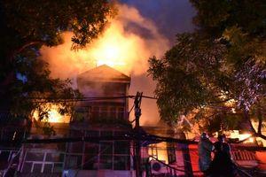 Cháy lớn tại Đê La Thành, lửa lan nhanh làm nhiều căn nhà bị thiêu rụi