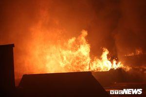 Cháy lớn gần bệnh viện Nhi Hà Nội: Lửa thiêu rụi nhiều cửa hàng, bệnh nhân phải sơ tán