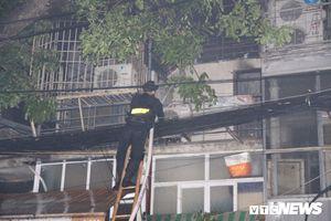 Cháy lớn ở Đê La Thành, Hà Nội: Lực lượng cứu hỏa phá cửa vào dập lửa