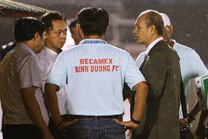Giám sát V.League nên hay không xuống sân giúp trọng tài?