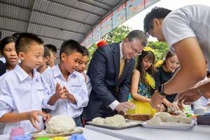 Đại sứ Mỹ lần đầu làm bánh Trung thu với các em nhỏ