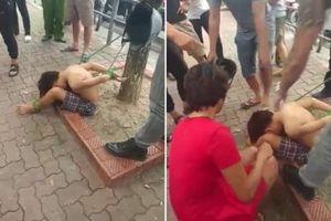 Clip: Bé trai bị trói tay chân vào gốc cây ở Hà Nội khiến cư dân mạng phẫn nộ