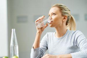 Bách hại vì thói quen đứng khi uống nước