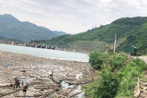 Tiếp bài 'Đùn đẩy trách nhiệm vệ sinh rác lòng hồ thủy điện Bản Vẽ': Thủy điện đang tiến hành dọn rác