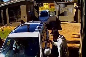 Mẹ lùi xe cực mạnh giải cứu con gái khỏi 4 tên cướp có súng