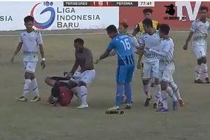 Cầu thủ Indonesia rượt đánh trọng tài như phim hành động
