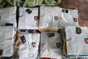 Lạng Sơn thu giữ 200 bộ quần áo thể thao giả mạo nhãn hiệu Nike và 240 chai dầu hào nhập lậu