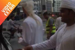 Đại gia Dubai hào phóng, phát tiền cho người đi đường