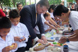 Đại sứ Mỹ tại Việt Nam học làm bánh Trung thu