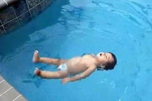 Clip: Dân mạng sửng sốt bởi bé 1 tuổi bơi lội như rái cá, tự trèo lên bờ không cần ai giúp đỡ