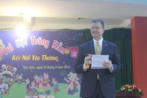 Đại sứ Mỹ múa lân, nặn bánh trung thu cùng trẻ em khuyết tật Việt Nam
