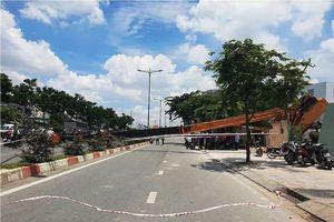 Xe cẩu lật chắn ngang đại lộ ở Sài Gòn, nhiều người hoảng loạn