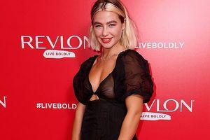Choáng váng với váy xuyên thấu lộ trọn bầu ngực của Jess Woodley