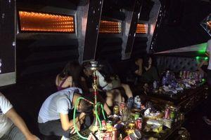 Liên tiếp phát hiện 'dân chơi' đất Cảng 'mở tiệc đá' trong quán karaoke