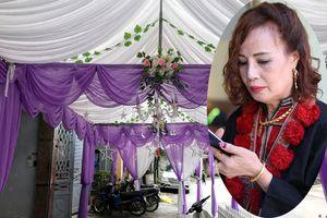 Vàng đeo nặng trĩu, cô dâu 61 tuổi tất bật trong đám cưới