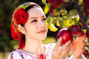 Lý Nhã Kỳ đẹp lạ lẫm trong trang phục truyền thống của Romania