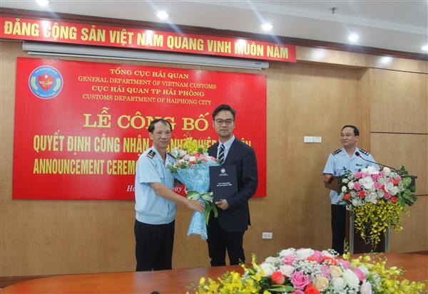 Trao quyết định doanh nghiệp ưu tiên cho Công ty TNHH Regina Miracle International Việt Nam