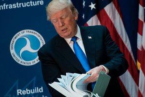 Phóng viên tự ý vào khu vực cấm trao tận tay Tổng thống Trump tài liệu lạ