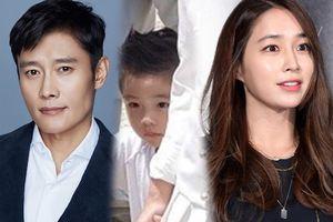 Lộ diện gương mặt 'tiểu nam thần' của con trai Lee Byung Hun và Lee Min Jung sau ba năm giấu kỹ