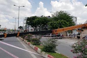 TP.HCM: Cần cẩu dài 30m đổ sập trên đường Phạm Văn Đồng
