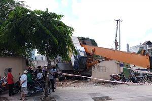 TP.HCM: Cần cẩu công trình đổ sập chắn ngang đường, người dân hoảng loạn
