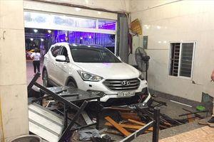Ôtô đâm thẳng vào quán, 10 khách nhậu phải nhập viện