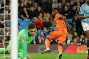 CLIP: Hàng thủ mơ ngủ, Man City thua sốc Lyon trên sân nhà