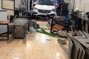 Ô tô 7 chỗ bất ngờ lao thẳng vào quán nhậu, gần 10 người nhập viện