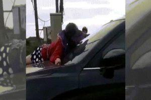Xôn xao clip vợ bất chấp nguy hiểm nằm trên capo đánh ghen ở Huế