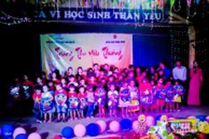 Tặng 1.500 suất quà cho trẻ em vùng lũ miền tây Nghệ An