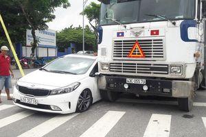 'Giải cứu' xe ôtô dính chặt vào xe đầu kéo sau va chạm