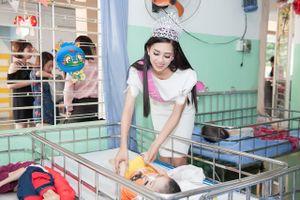 Hoa hậu Việt Nam 2018 tặng quà trẻ em kém may mắn