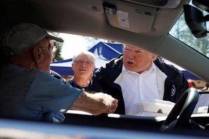 Tổng thống Trump tận tay phát đồ ăn cho người dân vùng bão lũ