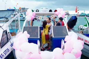 Thu Trang hôn Tiến Luật thắm thiết khi được mừng sinh nhật bất ngờ ở Phú Quốc