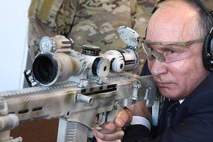 Tổng thống Nga Putin trổ tài thiện xạ với súng bắn tỉa Kalashnikov