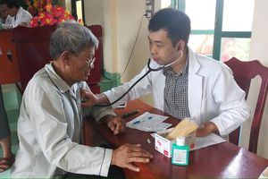 Khám bệnh từ thiện, trao nhà tại huyện đảo Phú Quý
