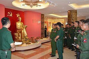 Sĩ quan trẻ quân đội Myanmar thăm Học viện Kỹ thuật Quân sự Việt Nam