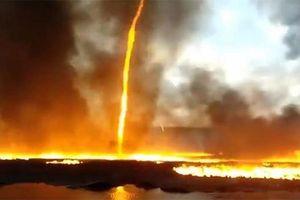 'Quỷ lửa' cao 60 mét nuốt chửng vòi cứu hỏa