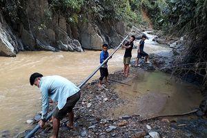 50 thanh niên giúp người dân vùng lũ quét sửa lại đường ống dẫn nước về bản