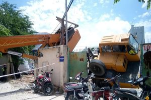 TP.HCM: Cần cẩu 30m đổ sập, nhiều người dân thoát chết