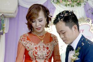 Cô dâu 62 tuổi hạnh phúc trong ngày cưới với chú rể 26 tuổi