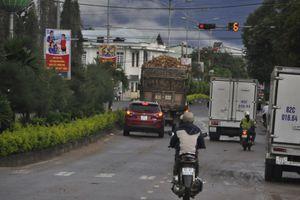 Đủ loại xe tải phạm luật giữa trung tâm huyện Đắk Tô