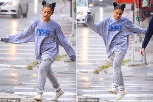 Ariana Grande hồn nhiên tắm mưa trên phố sau khi bỏ lỡ lễ trao giải Emmy