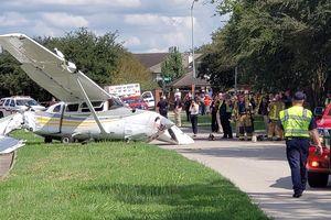 Hỏng động cơ, máy bay hạ cánh đâm nát Tesla Model X
