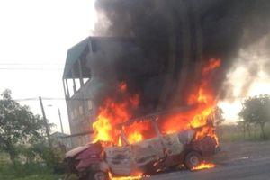 Xe 16 chỗ ngồi bốc cháy dữ dội trên quốc lộ