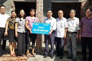 LĐLĐ tỉnh Ninh Bình: Trao tiền hỗ trợ xây dựng nhà ở 'Mái ấm công đoàn' cho CNLĐ