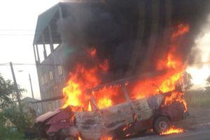 Đang chạy về nơi sửa chữa sau tai nạn, xe khách bỗng bốc cháy dữ dội